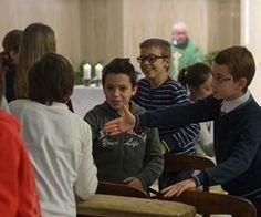 Francisco dice, con niños en Santa Marta, que para transmitirles la fe es necesario el ejemplo