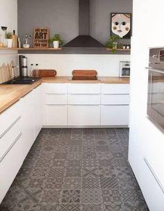 Fliesen-Deko Ideen: moderne Einbauküche, weiße Möbel, Holz und marokkanischen Fliesen