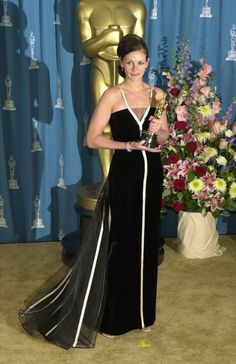 Julia Roberts' Valentino dress at the 2001 Oscars. An oldie but a goodie. Fashion Male, Moda Fashion, Vogue Fashion, Fashion History, Charlize Theron, Nicole Kidman, Elie Saab, Glamour, Best Oscar Dresses