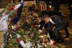 Il presidente degli #StatiUniti #BarackObama e il presidente francese #FrançoisHollande rendono omaggio ai morti del teatro #Bataclan alla vigilia dell'avvio della conferenza sul clima a #Parigi. Il vertice, a cui partecipano 150 capi di Stato e di governo, si protrarrà fino all'11 dicembre. (© Ansa) #terrorismo