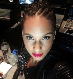 Alicia Keys et ses cornrows en studio # alicia keys Braids with beads Alicia Key. - Alicia Keys et ses cornrows en studio # alicia keys Braids with beads Alicia Keys et ses cornrows e - Alicia Keys Tresses, Alicia Keys Braids, Four Strand Braids, Two Braids, Fulani Braids, Braids Cornrows, Braids With Beads, Small Braids, Hot Hair Styles