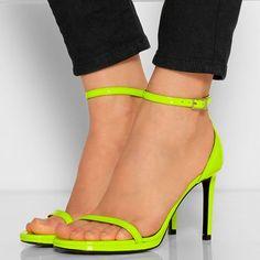 Ten en cuenta que el calzado es muy personal, y una pieza puede ser ideal para tu amiga pero no para ti, como también puede ocurrir con cualquier prenda... Para más información ingresa a: http://zapatosdefiestaonline.com/2015/05/05/como-elegir-las-sandalias-que-mas-favorecen/