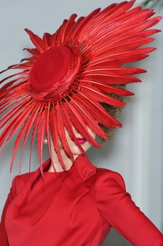 runawayfromtherunway: ilirra: Christian Dior - Fall 2009 Couture fashion is art. Cristian Dior, Crazy Hats, Fancy Hats, Kentucky Derby Hats, Love Hat, Mode Vintage, Vintage Style, Red Hats, Hat Making