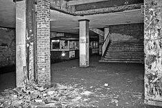 Nächster Halt: nicht mehr da. Um Flüchtlinge aufzuhalten, vermauerte die DDR 1961 in Ost-Berlin etliche U-Bahn-Zugänge und schuf Geisterbahnhöfe. Der Fotograf Robert Conrad ist 1989 heimlich zu den…