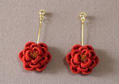ほんわり椿のピアス 赤 - 餡蜜優花
