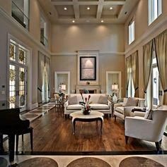 symmetrische gestaltung im wohnzimmer hohe decke sofa sessel