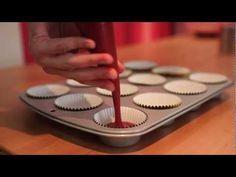 Vídeo de la elaboración de la receta de unos deliciosos Red Velvet Cupcakes!! Gravado en el Atelier de Mericakes: http://mericakes.com/web/ Vídeo realizado por Germán Rigol: http://www.flickr.com/photos/germanrigol Materiales : http://forthecakes.com/shop/es/ RECETA RED VELVET ( para 15 cupcakes ) Ingredientes: Secos : 250 gr harina 300 gr a...