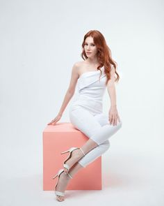 Turkish Women Beautiful, Elcin Sangu, Christmas Feeling, Turkish Actors, Easy Hairstyles, Red Hair, White Jeans, Actresses, Chic
