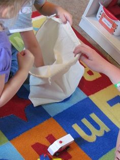 Story Telling Bag: Place interesting objects in a bag and have children select an object. Each time a child pulls out a new object, he must incorporate it to the group story. Fun way to practice story telling. Language Activities, Literacy Activities, Educational Activities, Teaching Resources, Literacy Skills, Teaching Ideas, Kindergarten Literacy, Early Literacy, Preschool Learning