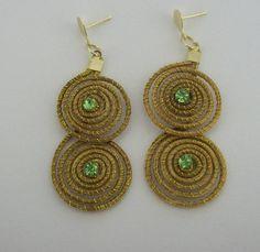 Brinco de capim dourado  com detalhes em strass verde. R$ 10,00
