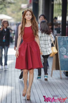 Han Ye-seul struts as a sexy ajumma for Birth of a Beauty Kpop Outfits, Cute Outfits, Fashion Outfits, Fashion Styles, Birth Of A Beauty, Han Ye Seul, Dramas, Korean Beauty Girls, Girl Celebrities