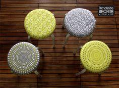 As capas para banquinho com estampas gráficas são ótimas para decorar qualquer ambiente. Misture estampas e cores e... PRONTO! Tem um ambiente descolado.