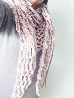 Met lekker weer heb je soms zin in een luchtige sjaal voor als het wat afkoelt in de avonden. Deze makkelijke baksteensjaal haak je in twee avondjes...