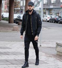 Look all black. Jaqueta com moletom e camiseta longline. Calça skinny com tênis cano médio.