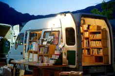 公園や駅前、野外イベントなどの行く先々に合わせて、その都度品揃えや形態が変わる移動式本屋。ブルーグレーのトラックに新刊書、古書、洋書、リトルプレスなど約500冊を詰め込んで、関東を中心に様々な場所に出店中です。<取扱|BOOK TRUCK>