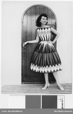 """Modell i kjol och top av """"Jive"""", framför en dörr. Design Nisse Skoogh Stobo, modell av Göta Trägårdh."""