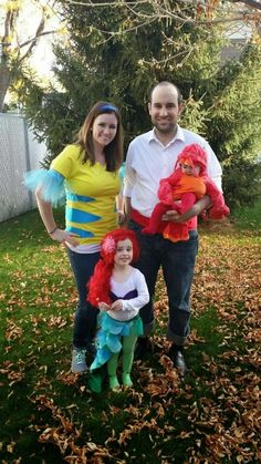 Struggling to find a Halloween costume? Look through this list of 25 easy and fun DIY Halloween Costumes! Halloween costumes should be fun and easy, too! Stroller Halloween Costumes, Primer Halloween, Mermaid Halloween Costumes, Little Mermaid Costumes, Family Halloween Costumes, Halloween Kids, Halloween Party, Zombie Costumes, Halloween Couples