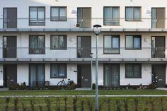 Appartments: white stucco, aluminum frames, balcony. Appartementen: wit stucwerk, aluminium kozijnen, balkons.