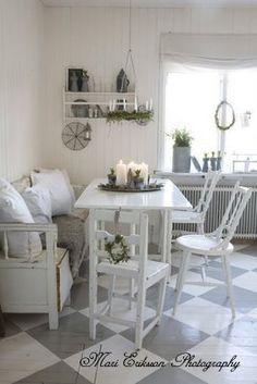 Swedish kitchen, so charming - Love the flooring Kitchen Dinning, Dining Decor, Kitchen Nook, Estilo Shabby Chic, Shabby Chic Style, Swedish Kitchen, Küchen Design, Modern Interior Design, Diy Furniture