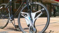 Elektrikli bisikletler uzun bir süredir piyasada yer alıyor. Ancak yüksek fiyatları nedeniyle satış rakamları bazında normal bisikletlerden geride kalıyor. GeoOrbital adı verilen bu tekerlek ise normal bisikletlileri elektrikli hale getiriyor ve bisiklet tutkunlarını büyük bir masraftan kurtarıyor. Daha önce SpaceX ve Ford için çalışan geliştiricilerin ürettiği bu tekerlek, normal bisiklete takılıyor ve bisikleti elektrikli hale getiriyor. 26 inç, 28 inç ve 29 inç seçeneklerinin bulunduğu…