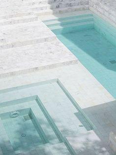 piscinas com diferentes profundidades e formatos geométricos