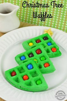 Christmas Tree Waffles Need a kid-friendly idea for Christmas morning breakfast? Try these Christmas Tree Waffles Christmas Snacks, Christmas Cooking, Christmas Goodies, Holiday Treats, Holiday Recipes, Christmas Holidays, Christmas Parties, Dinner Recipes, Christmas Pancakes