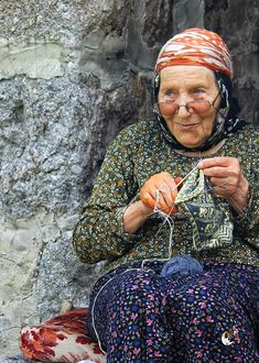 Technology Tutorial and Ideas We Are The World, People Around The World, Gypsy Culture, Beatiful People, Knitting Quotes, Stitch Crochet, Turkish Art, Women Life, World Cultures
