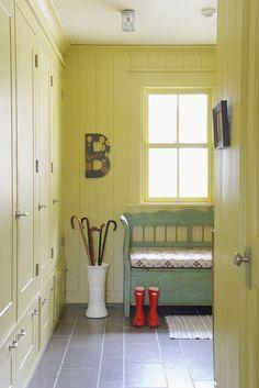contraste amarelo cozinha e azul cadeiras
