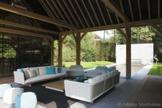 Exclusief onderloop zwembad met zicht op imposant houten poolhouse
