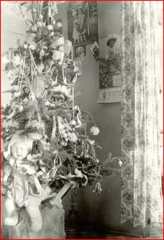 Vintage photo of a Christmas tree, in 1923. (Calendar hanging on wall is from 1923.)