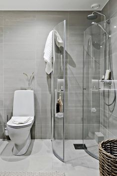 Entries feed for dukf, Лента dukf. Small Toilet Room, Small Bathroom With Shower, Tiny House Bathroom, Bathroom Design Layout, Bathroom Design Small, Bathroom Interior Design, Bad Inspiration, Bathroom Inspiration, Bathroom Shelving Unit