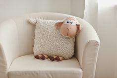 Shaun the Sheep Sheep Crafts, Felt Crafts, Fabric Crafts, Sewing Crafts, Diy And Crafts, Sewing Projects, Cute Pillows, Diy Pillows, Cushions