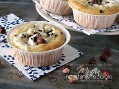 Per una sana e golosa merenda, prepariamo questi deliziosi Muffin con ricotta e nocciole, con pochissimi grassi e senza burro, morbidi e davvero deliziosi.