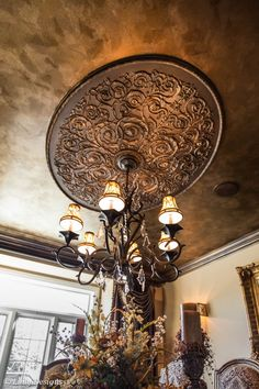 for master bedroom or dining room ceiling ...medallion & ceiling color Tuscan Design, Tuscan Style, Ceiling Decor, Ceiling Design, Roof Ceiling, Bedroom Ceiling, Ceiling Tiles, Wall Design, Tuscan Decorating
