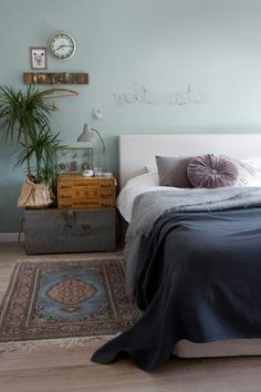 dormitorio con pared verde