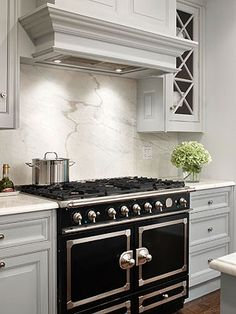 A backsplash and a kitchen stove should work together as a coherent design piece to create a focal point in your kitchen. Here& helpful information for choosing materials and designs for a kitchen stove backsplash. Kitchen Stove, Smart Kitchen, Granite Kitchen, New Kitchen, Kitchen Dining, Kitchen Cabinets, Kitchen Ideas, Stove Oven, Kitchen Ware
