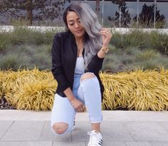 Highwaisted light blue jeans, white crop top, black bomber, gold watch