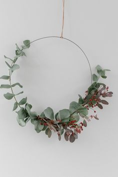 Last year my favorite Christmas decoration was made of eucalyptus - do you remember the garland? It hung almost until May, because eucalyptus is wonderful to dry. This year I tried the trendy wreaths that can be seen all over the social media channel Family Christmas, Simple Christmas, Beautiful Christmas, Christmas Wreaths, Christmas Crafts, Christmas Decorations, Fall Wreaths, Xmas, Navidad Simple