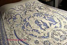 Bel ouvrage de brodeuse sur ce dessus de lit ancien