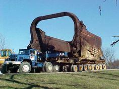 Big Muskie Bucket in transport with Truck Big Mac Big Rig Trucks, Cool Trucks, Huge Truck, Heavy Construction Equipment, Heavy Equipment, Mining Equipment, Pipeline Construction, Crane Construction, Earth Moving Equipment