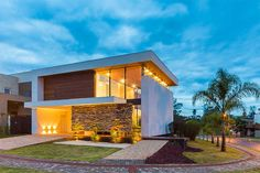 Casas - Houses - Spagnuolo Arquitetura have sent us photos of a house they have recently completed in Londrina, Brazil. Design Exterior, Modern Exterior, Residential Architecture, Interior Architecture, Villa Luxury, Eckhaus, Clerestory Windows, Elegant Homes, Modern House Design
