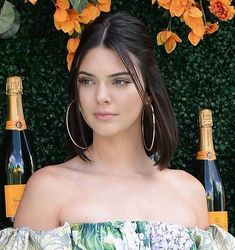 Kendall Jenner Short Updo Hairstyle Kendall is really beautiful and short hairstyles suit her amazingly. Here, you can find Kendall Jenner Short Hair pics that are inspiring and very beautiful Kendall Jenner Short Hair, Kylie Jenner Makeup, Kendall Jenner Hairstyles, Kendal Jenner Hair, Short Hair Updo, Short Hair Cuts, Updo Hairstyle, Medium Hair Styles, Natural Hair Styles