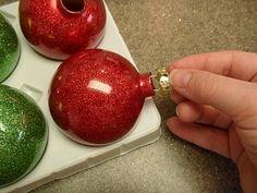 Cómo decorar esferas de navidad con glitter | Solountip.com
