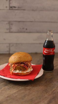 Hambúrguer VEGGIE de Falafel com Saladinha de Coleslaw e Coalhada! Clica na imagem pra ver a receita completa ;)