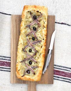 Le pitch. La pissaladière, c'est l'ancêtre de la pizza, née à Nice. Les pêcheurs la badigeonnaient de « pissalat », une pâte d'anchois et sardines. http://www.elle.fr/Elle-a-Table/Les-dossiers-de-la-redaction/News-de-la-redaction/Pourquoi-on-aime-la-pissaladiere-2706565