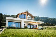 Die Fassadengestaltung des Einfamilienhauses zeichnet sich durch die Ausrichtung der Fenster aus, welche an die Ausblicke auf die umliegende Berglandschaft angepasst ist. Das Haus spiegelt dadurch eine Transparenz wieder, was der Idee eines offenen Lebensstils und einem gefühlvollen Umgang mit der Natur nahekommt. Im Herzen des Hauses werden alle Stockwerke durch eine offene Deckenkonstruktion miteinander verbunden, was im Innenraum ein Atrium entstehen lässt. Style At Home, Atrium, Gazebo, Outdoor Structures, Cabin, Live, House Styles, Home Decor, Ideas