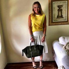 A saia plissada voltou com tudo no street style. Combina com todos os estilos. E amarre um lencinho no pulso para o look ficar mais moderno! #estiloandreafialho #andreafialho #zara #celine #lookparavidareal #lookaos40 #lookdodiadavidareal