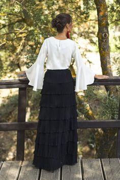 Look invitada perfecta boda vestido largo falda larga manga larga blanco negro Wild Pony Simple Dress Pattern, Dress Patterns, Evening Blouses, Evening Dresses, Glamour Moda, Long Skirt Outfits, Mexican Fashion, Abaya Fashion, Haute Couture Fashion