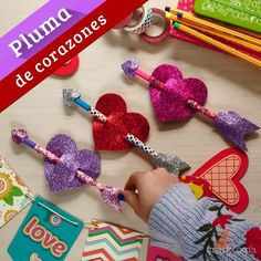 Heart Feather- Pluma de Corazón Decorate and give some amazing feathers this day of love and friendship. Candy Bouquet Diy, Diy Bouquet, Diy Home Crafts, Diy Crafts To Sell, Valentine Crafts, Valentine Day Gifts, Foam Crafts, Paper Crafts, Art For Kids