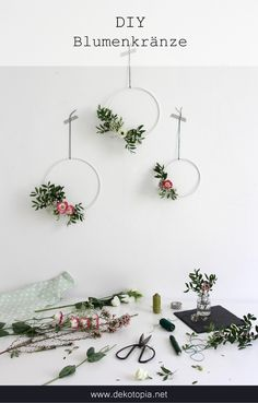 DIY Instructions: tie simple floral wreaths in the Scandinavian style Source by maryloves_de Hand Flowers, Simple Flowers, Diy Flowers, Red Wedding Flowers, Bridal Flowers, Recycled Crafts, Diy And Crafts, Artificial Bridal Bouquets, Artificial Flowers